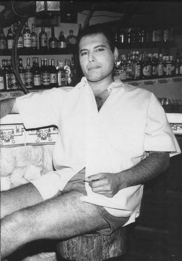 24 Fascinating Vintage Photographs of Freddie Mercury in