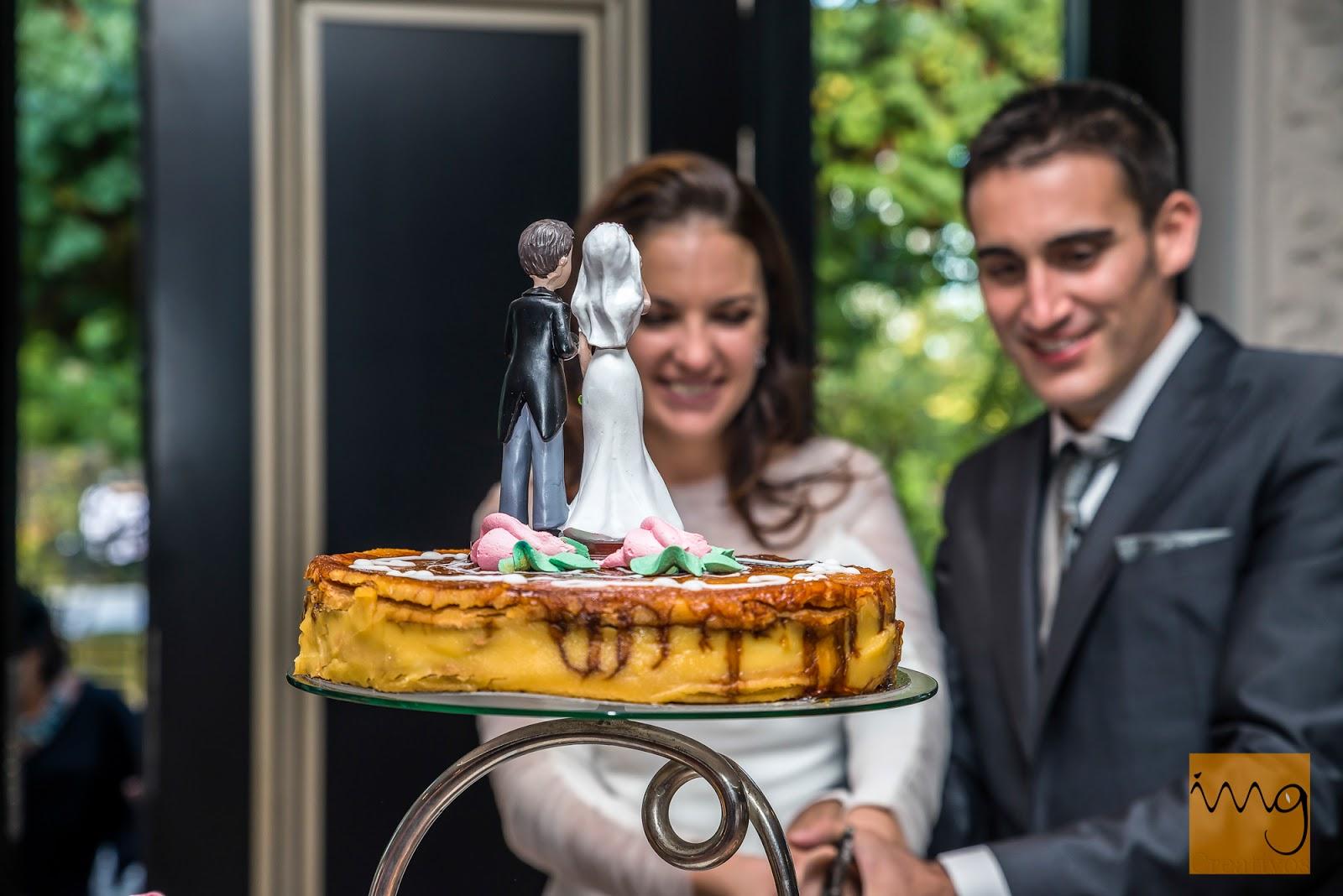 Fotografía de boda en Granada, los novios cortando la tarta