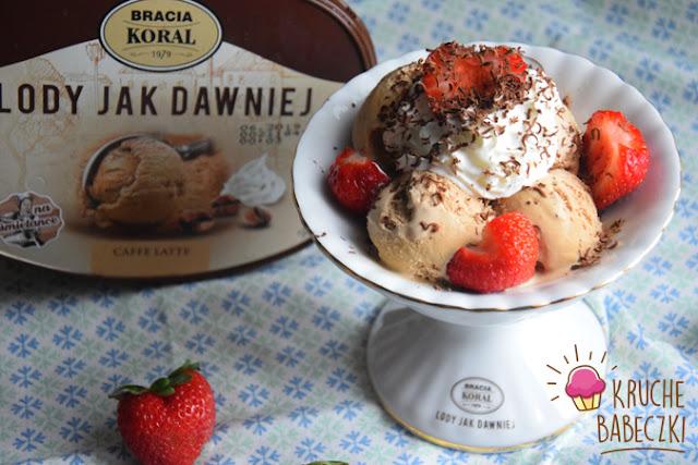 Deser z lodami caffe latte,  truskawkami, bitą śmietana i czekoladą