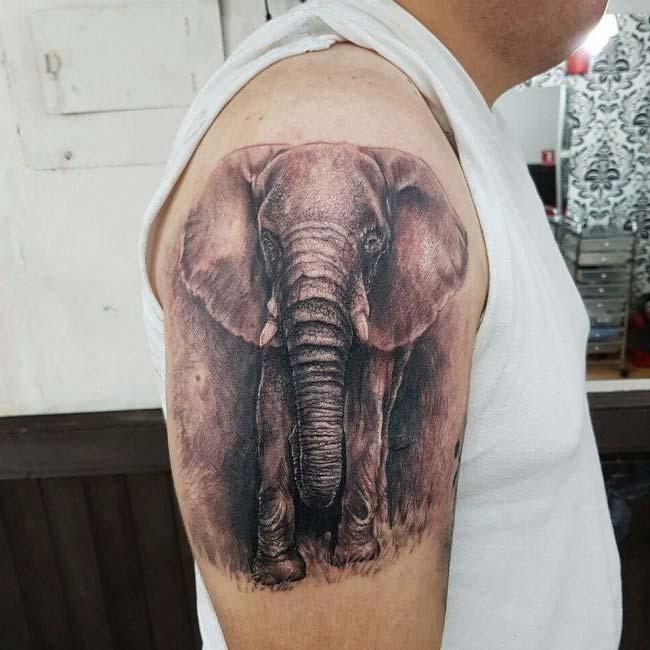 omuza gerçekçi fil dövmesi
