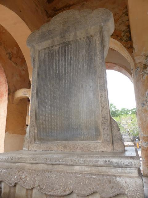 Tumba del emperador Tu Duc. Estela más grande de Vietnam