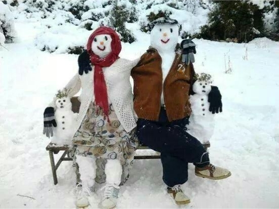 oameni de zapada care se odihnesc pe o banca