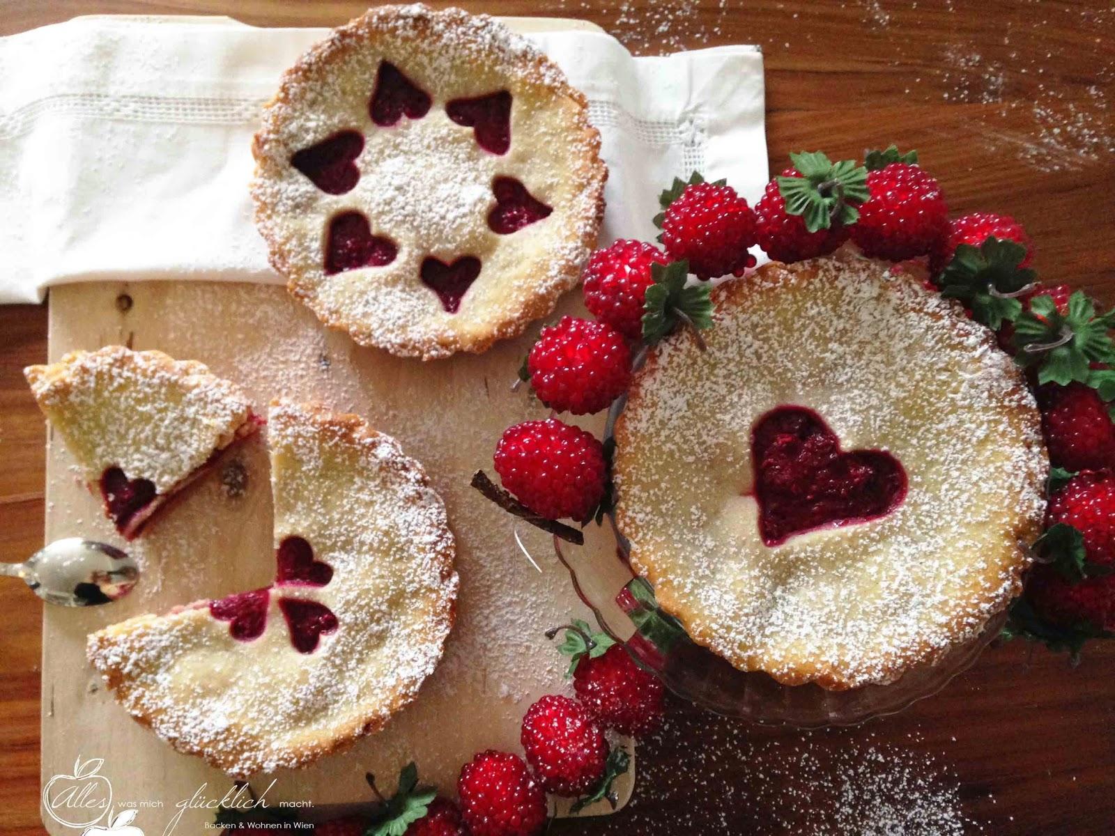 """Be my Valentine"" Kornblumen Mini-Tartlettes mit Marzipan Himbeerfüllung - vegan"