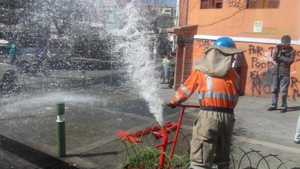 Obrero de EPSAS arreglando una fuga de agua en el centro paceño