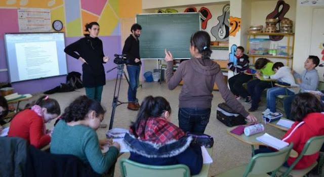 Niños asistiendo a un cine fórum en clase. Foto de Farodevigo.es