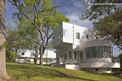 Casa de estilo Moderno y otra contemporánea inspirada en ella en Estados Unidos