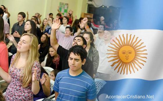 Cristianos evangélicos argentinos en culto de iglesia