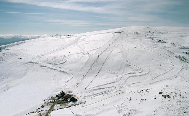 Pistas de la estacion de esqui de la covatilla cubiertas de nieve