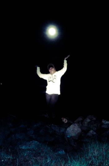 heeee alay banget yah tapi kalau gak alay seru foto foto ini hanya bisa diambil saat bulan purnama ajah soalnya memang