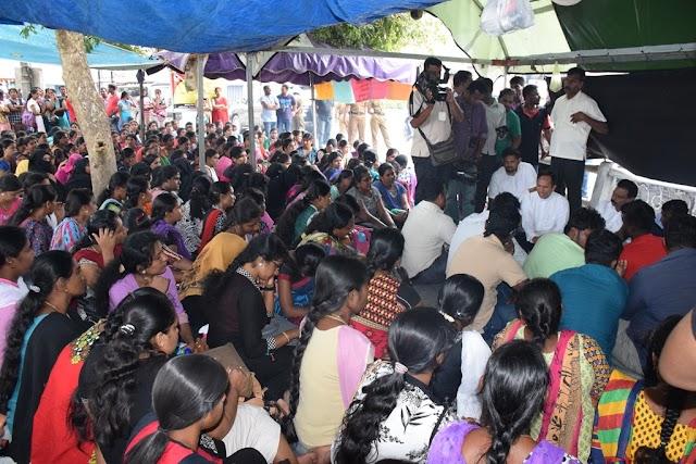 6வது நாளாக சத்தியாக்கிரகப் போராட்டத்தினைத் தொடர்ந்து வரும் மட்டு- வேலையற்ற பட்டதாரிகளின் பிரச்சினைகளை ஜனாதிபதி,பிரதமர் ஆகியோரின் கவனத்திற்கு கொண்டு செல்வதாக இராஜாங்க அமைச்சர் ஹிஸ்புல்லாஹ் தெரிவிப்பு