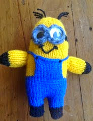http://translate.google.es/translate?hl=es&sl=en&tl=es&u=http%3A%2F%2Ftheknitguru.com%2F2013%2F07%2F20%2Fdespicable-me-minion-toy-2eyed-knitting-patten%2F