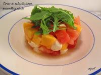 Tartar de melocotón, tomate, mozzarella y rúcula