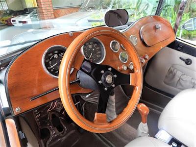 O interior do carro é mais convencional, mas já conta com motor elétrico para movimentar as janelas laterais de vidro.