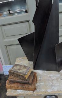 Libros antiguos y escultura moderna detale del stand de Antiguedades Merale en Desembalaje Bilbao