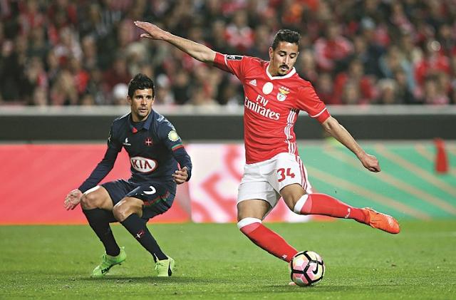 André Almeida remata para o primeiro golo do Benfica após passe do médio azul Miguel Rosa