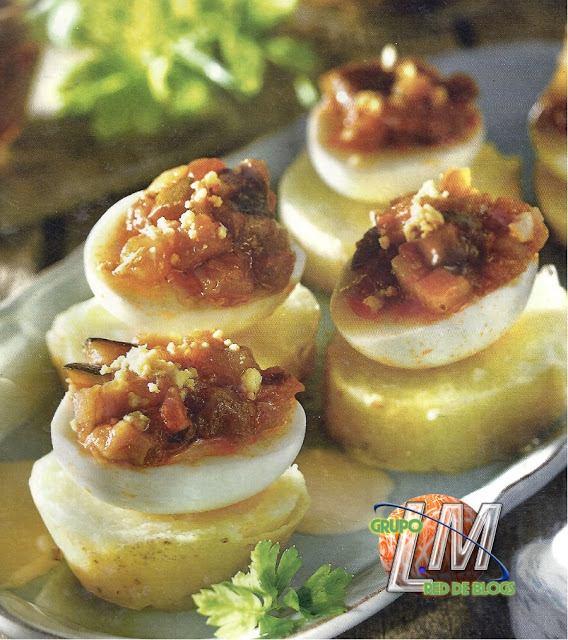 Patatas con huevos rellenos de pisto