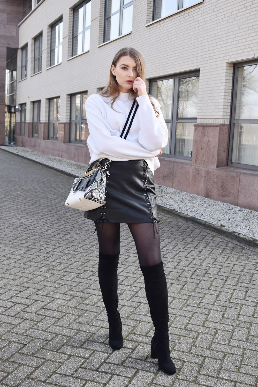 jaka bluzka pasuje do czarnej skórzanej spódnicy