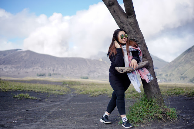 Berfoto dengan latar belakang kawah gunung bromo