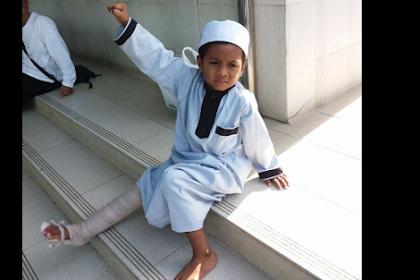 Meski Kaki Kanannya Patah, Bocah 6 Tahun Ini Tetap Hadiri Aksi Bela Ulama