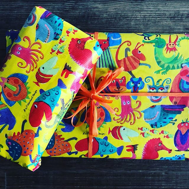 Einschulung - Geschenke in knallbuntem Papier von Desegno