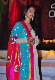Golden Lady Anushka Shetty Beautiful Stills HD