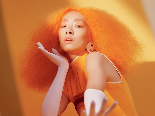 Rina Sawayama acerta com referências pop dos anos 90 na faixa 'Cherry'
