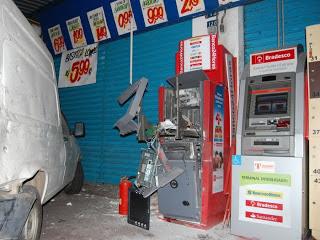 Ladrões invadem supermercado e arrombam caixa eletrônico em Alagoinhas