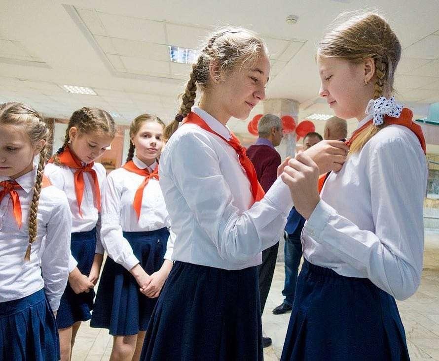 В пионерскую организацию принимались школьники в возрасте от 9 до 14 лет
