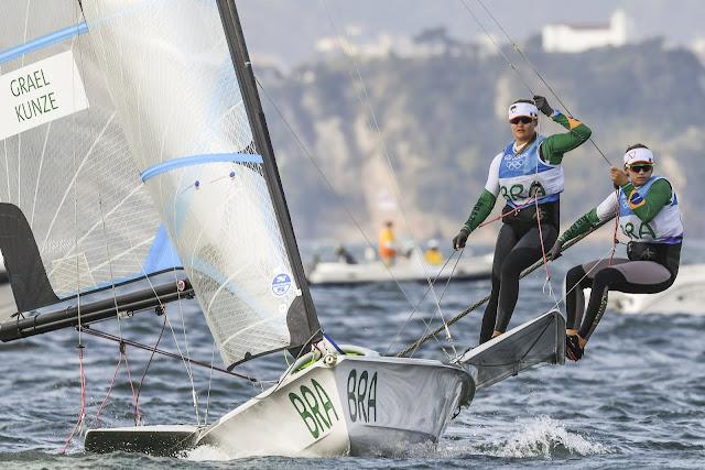 Martine Grael e Kahena Kunze em regata na Baía de Guanabara disputando os Jogos Olímpicos Rio 2016