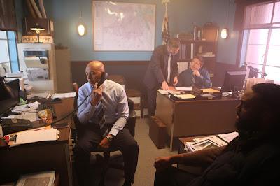 Rod Demery (ao centro) em cena da série - Divulgação