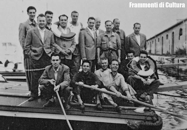 Giuliano Piol è il primo ragazzo seduto a sinistra, gli altri uomini sono i componenti degli equipaggi delle motovedette, 1954 circa.