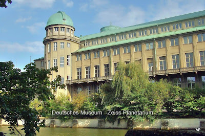 Deutsches Museum  - Muzeum Techniki widok od rzeki z kopułą planetarium