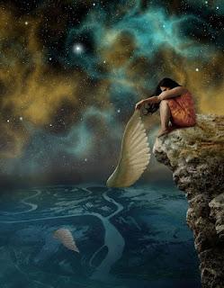 Γυναίκα καθισμένη στην άκρη του γκρεμού, πάνω από τη θάλασσα κρατάει το ένα από τα δύο φτερά της.