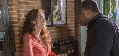 Milu (Zezé Polessa) recebe de padre Ramiro (Ailton Graça) a notícia da morte do guardião