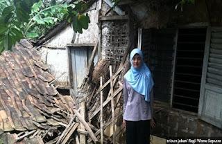 Masih Adakah Kepedulian Pada Guru TK Cantik ini yang Tinggal di Rumah Reyot Hampir Ambruk