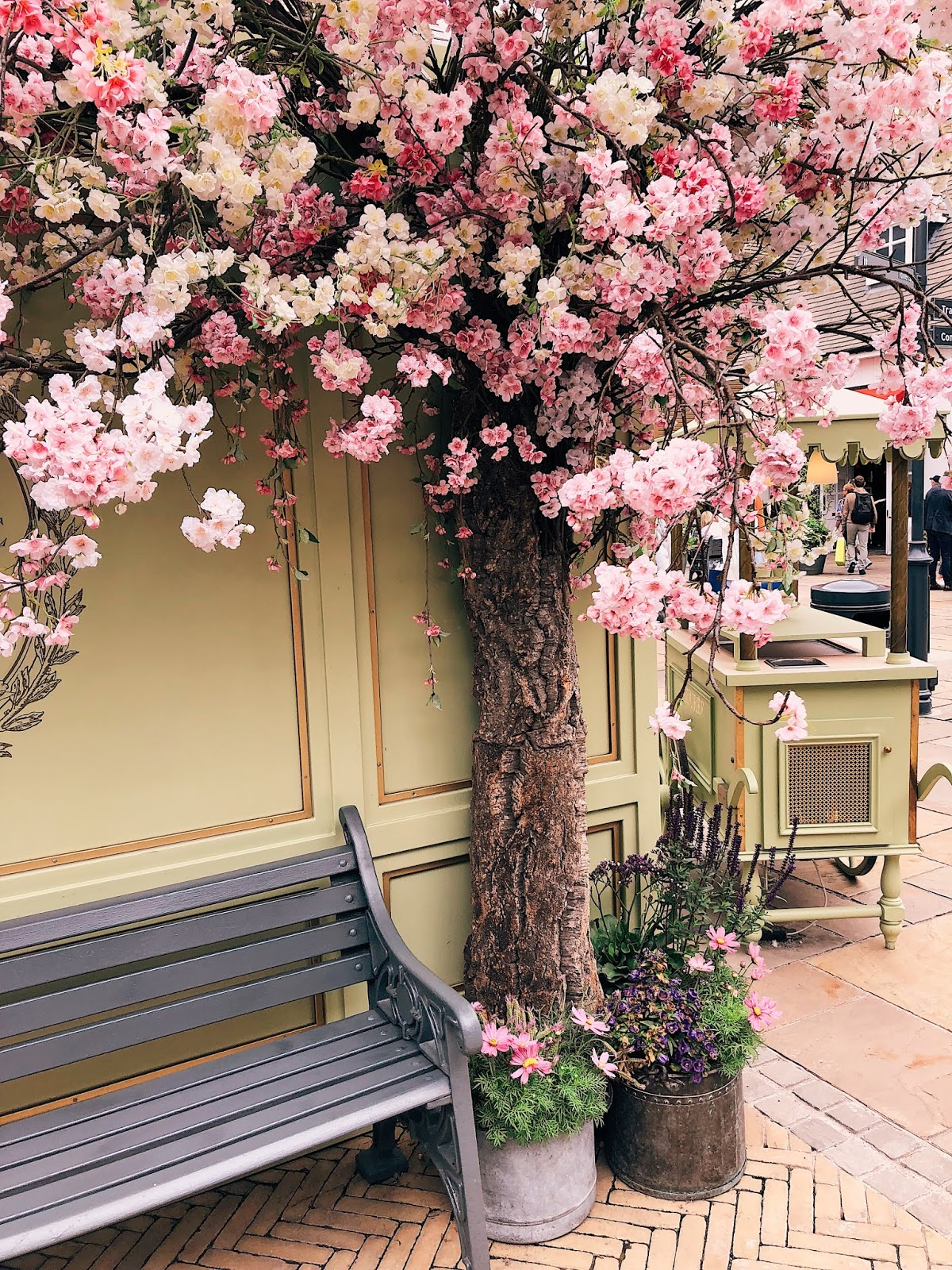 bicester village tips, shopping tips, bicester village, bicester, shopping complex in UK, designer shopping in uk, instagrammable places uk, indian blogger, london blogger, uk blogger, flower decoration england,