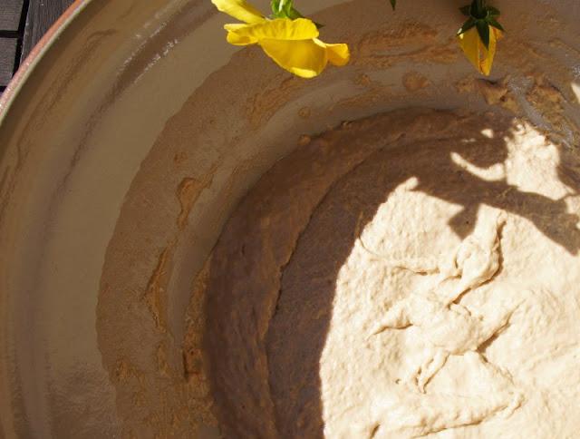 Malzbierbrot aus der Kastenform: Das einfachste Rezept der Welt. Der Brotteig ist schnell gerührt und funktioniert ohne Hefe und ohne Gehenlassen.