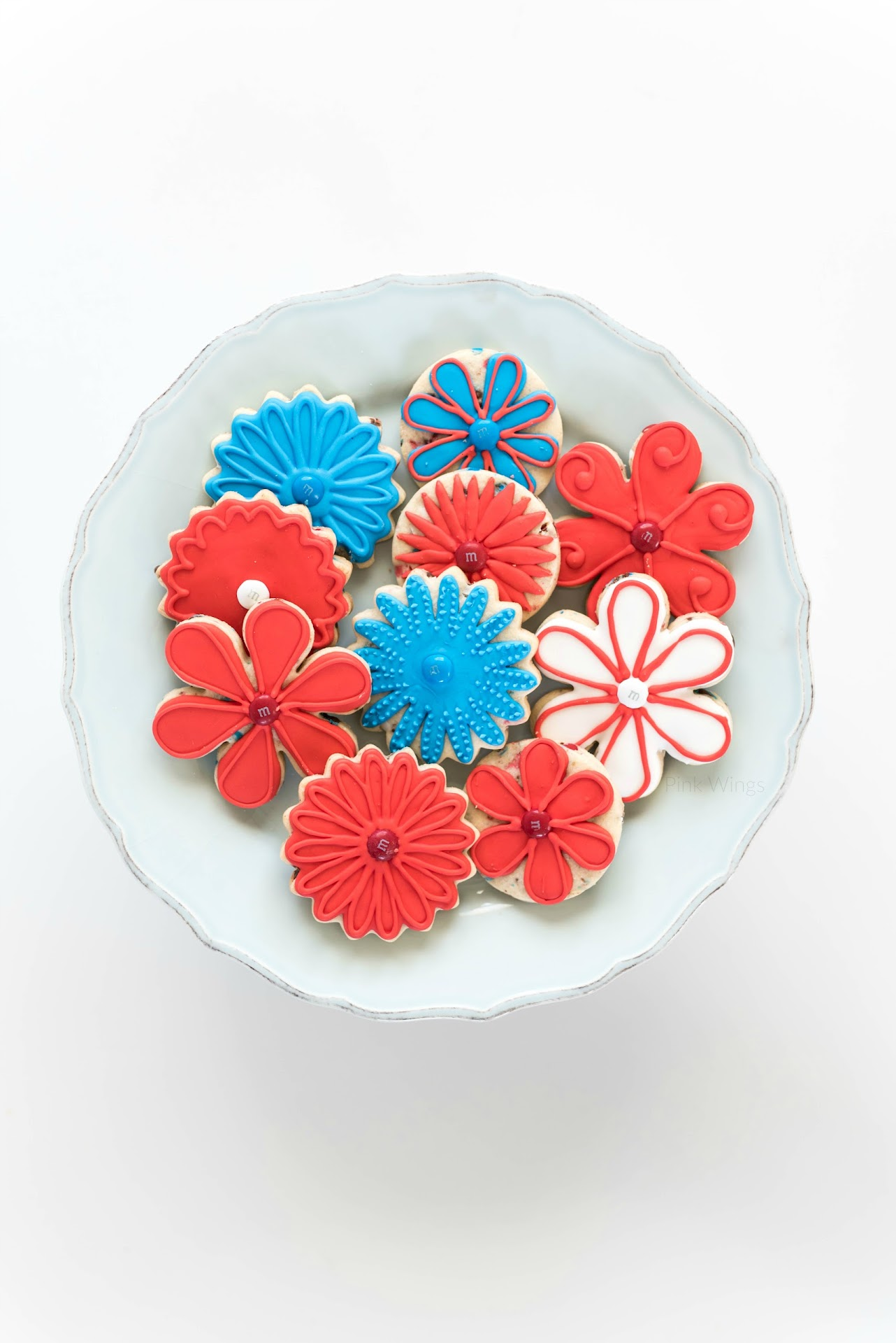 flower sugar cookies, best royal icing recipe, how to decorate sugar cookies, what pastry tips to use for royal icing, tips for decorating sugar cookies, patriotic recipes, recipe ideas for the 4th of july, picnic, red white and blue dessert, food art