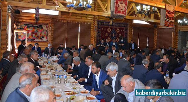 DİYARBAKIR-İçişleri Bakanlığı tarafından Diyarbakır'ın Sur İlçe Belediye Başkanlığına görevlendirilen Sur Kaymakamı Bilal Özkan, ilçeye bağlı mahalle ve köylerin muhatlarıyla yemekte bir araya geldi.