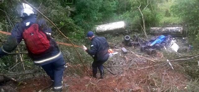 Motorista perde controle de caminhão e cai em ribanceira na PR-487