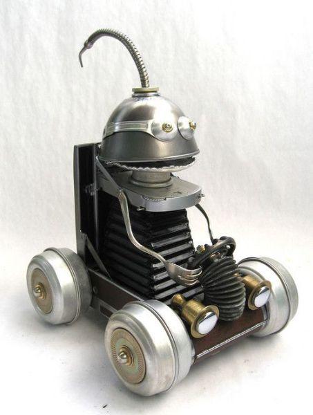 Robot de metal hecho con material reciclado