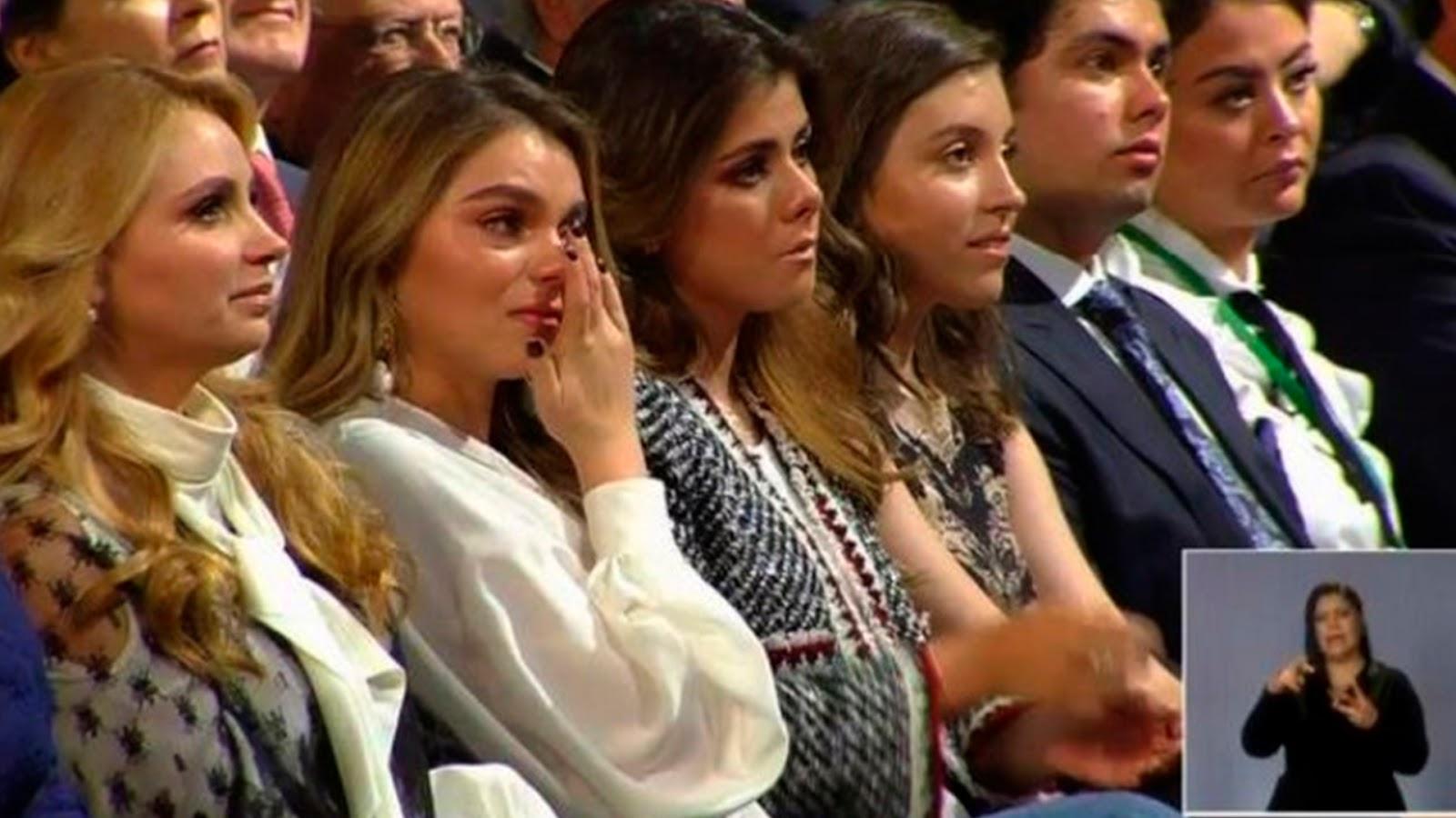 "Con lágrimas en los ojos ""La Gaviota"" e hijas durante mensaje por Sexto Informe de EPN."