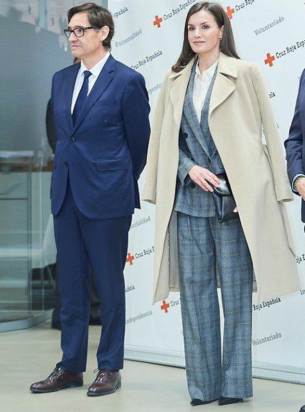 Queen Letizia wore Massimo Dutti slim fit checked wool blazer. Massimo Dutti 2018-19AW collection. Hugo Boss clutch