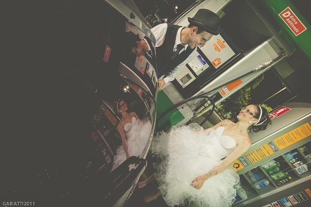 ensaio trash the dress noivos posto de gasolina