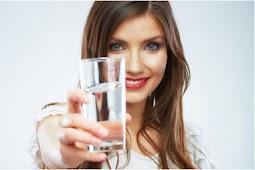 Manfaat Banyak Minum Air Putih di Malam Hari dan Saat Sebelum Tidur
