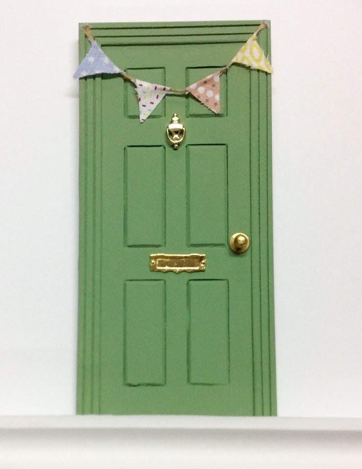 Blanco y negro puertas del ratoncito p rez for Puerta 4 del jockey
