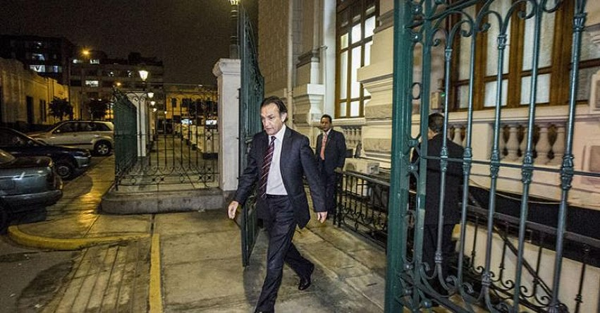 ¿QUÉ FUE DE HÉCTOR BECERRIL? ... Ahora sale por la puerta trasera del Congreso