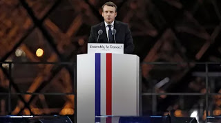 El nuevo presidente de Francia prometió defender el lema de Libertad, igualdad y fraternidad desde la explanada del Museo del Louvre. Su referencia a Marine Le Pen.
