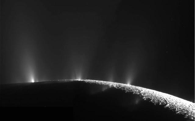 Los géiseres de Encelado en su polo sur