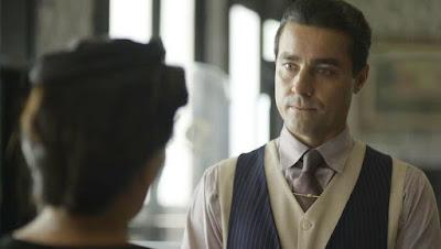 Almeida (Ricardo Pereira) é pressionado por Lola (Gloria Pires)